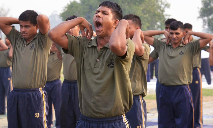 Indian army personnel take part in a yoga session on International Yoga Day at Khasa on the outskirts of Amritsar on June 21, 2016. Yoga, which means union in Sanskrit, is a family of ancient spiritual practices and also a school of spiritual thought from the South East Asian continent, where it remains a vibrant living tradition and is seen as a means of enlightenment. / AFP PHOTO / NARINDER NANU