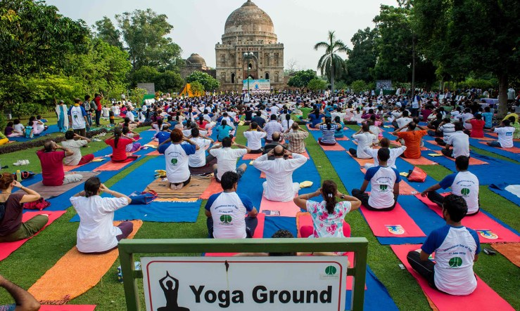 Indian Yoga practitioners participate in a morning yoga session in Lodhi Gardens in New Delhi on June 21, 2016, on International Yoga Day. / AFP PHOTO / ROBERTO SCHMIDT